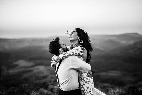 Zdjęcie przedstawia zakochaną parę
