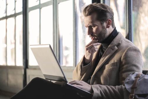 Zamyślony mężczyzna czyta bloga